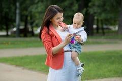 Junge mit Mutter im Park Lizenzfreies Stockbild