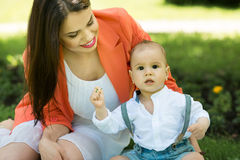 Junge mit Mutter im Park Lizenzfreie Stockfotografie