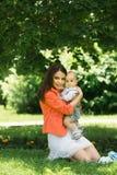 Junge mit Mutter im Park Lizenzfreie Stockbilder