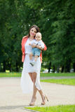 Junge mit Mutter im Park Lizenzfreie Stockfotos