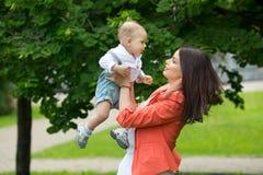 Junge mit Mutter im Park Stockbild