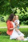 Junge mit Mutter im Park Stockfotografie