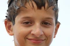 Junge mit nassen Gesicht und dem Haar stockbilder