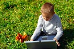 Junge mit Notizbuch Lizenzfreies Stockfoto
