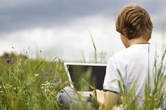 Junge mit Notizbuch auf dem Feld Stockfoto