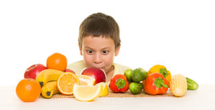 Junge mit Obst und Gemüse Stockbild