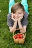 Junge mit organischer Erdbeere stockbild