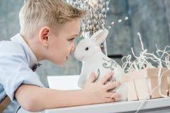 Junge mit Osterhasen Lizenzfreie Stockbilder