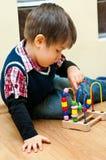 Junge mit pädagogischem Spielzeug Stockbilder