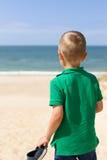 Junge mit panonamic Ansicht des Nordseestrandes Stockbilder