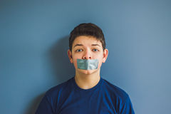 Junge mit Panzerklebeband über seinem Mund Stockbild