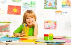 Junge mit Papier und Pappe Lizenzfreie Stockfotografie