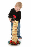 Junge mit Pfannkuchen Stockfotografie