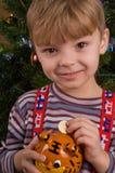 Junge mit piggy Querneigung lizenzfreie stockbilder
