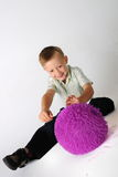 Junge mit purpurroter Kugel Stockfotografie