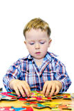 Junge mit Puzzlespiel Stockbild
