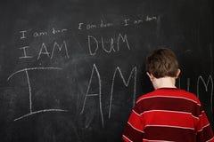 Junge mit Rechtschreibschwäche und niedriger Selbstachtung lizenzfreies stockfoto