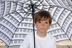 Junge mit Regenschirm Stockbilder