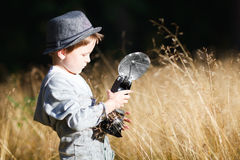 Junge mit Retro- Kamera Stockfotografie
