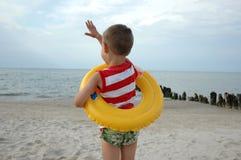 Junge mit Rettungsgürtel Lizenzfreie Stockbilder