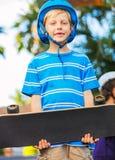 Junge mit Rochen-Brett Stockbilder