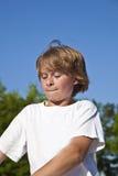 Junge mit Roller in der Aktion Stockfotos
