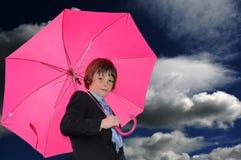 Junge mit rosafarbenem Regenschirm Stockfotos