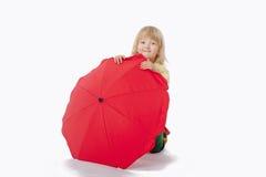 Junge mit rotem Regenschirm Stockfotografie