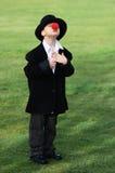 Junge mit roter Wekzeugspritze Lizenzfreie Stockbilder