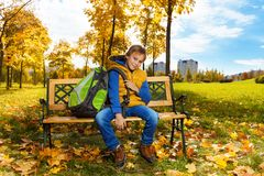 Junge mit Rucksack im Park Lizenzfreies Stockbild