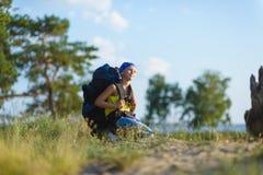 Junge mit Rucksack untersucht den Abstand Abenteuer, Reise, Tourismuskonzept lizenzfreie stockbilder