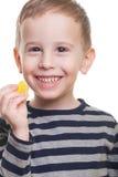 Junge mit Süßigkeit Stockfoto