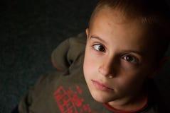 Junge mit Schielen Lizenzfreie Stockfotografie