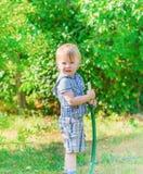 Junge mit Schlauch Stockbilder