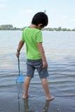 Junge mit Schmetterlingsnetz Lizenzfreies Stockfoto