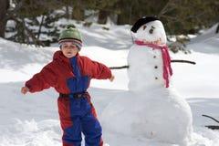 Junge mit Schneemann Lizenzfreie Stockfotografie