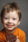 Junge mit Schokolade Lizenzfreie Stockfotos