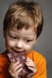 Junge mit Schokolade Stockbilder
