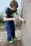 Junge mit Schraubenzieher Lizenzfreie Stockbilder