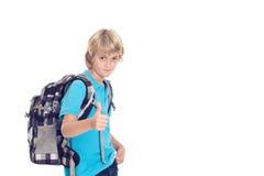Junge mit Schultasche und Daumen oben vor weißem Hintergrund Lizenzfreie Stockfotografie
