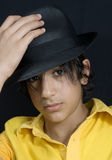 Junge mit schwarzem Hut lizenzfreie stockfotografie