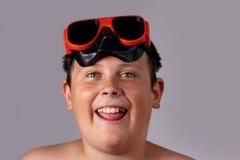 Junge mit Schwimmengläsern lizenzfreies stockfoto