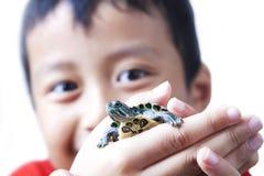 Junge mit seinem Haustier Lizenzfreie Stockfotografie