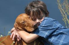 Junge mit seinem Haustier-Hund lizenzfreie stockfotografie
