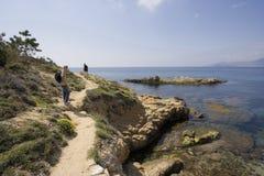 Junge mit seinem Vater auf einer wandernden Spur in den Klippen Stockfotos