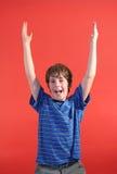 Junge mit seinen Händen oben Lizenzfreie Stockfotos