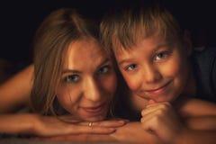 Junge mit seiner Mutter lizenzfreie stockbilder
