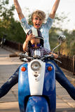 Junge mit seiner Mutter, die auf dem Roller sitzt Stockfotos