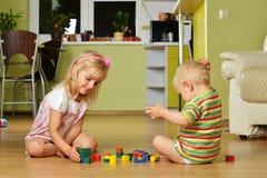 Junge mit seiner Schwester Lizenzfreie Stockfotos