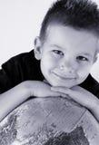 Junge mit seiner Welt Stockfotos